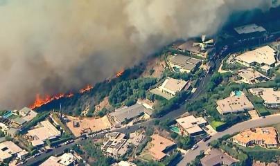 Cháy khu nhà giàu Los Angeles, đe dọa nhiều biệt thự triệu đô