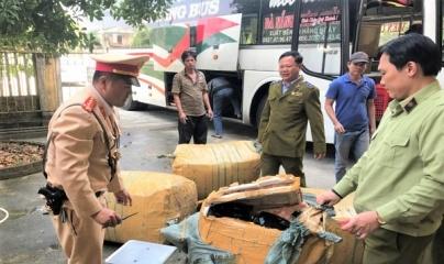 Thừa Thiên Huế: Xe khách chở hàng lậu bỏ chạy khi bị phát hiện