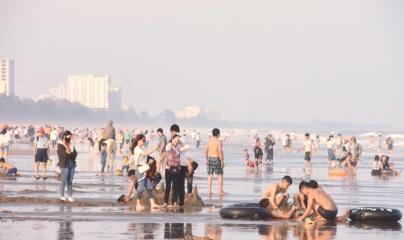 Biển Sầm Sơn sôi động những ngày đầu Xuân mới