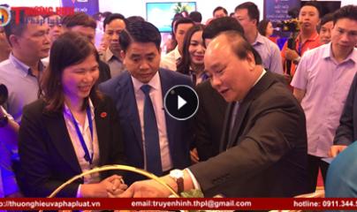 Thủ tướng Nguyễn Xuân Phúc trải nghiệm dịch vụ QR Code tại Diễn đàn về Doanh nghiệp Công nghệ Việt