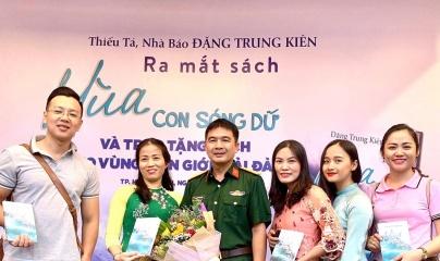 Thiếu tá - nhà báo Đặng Trung Kiên ra mắt sách 'Mùa con sóng dữ'