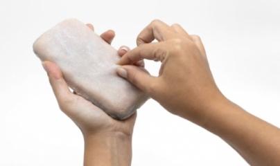 Smartphone có vỏ giống da người, biết rùng mình?