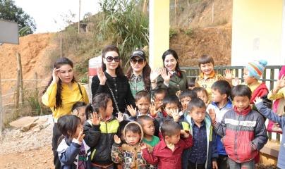 Hoa hậu doanh nhân Vũ Thúy Nga mang yêu thương đến vùng cao Ba Bể