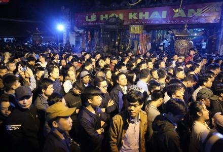 """""""Biển người"""" chen lấn trong đêm khai ấn đền Trần năm 2019"""