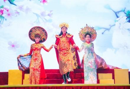 """Lý Hương rực  rỡ trong trang phục """"Phụng Hoàng"""" của NTK Tuấn Hải"""