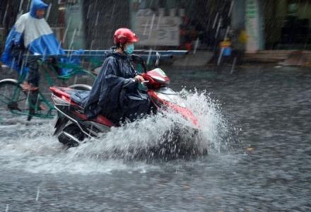 Dự báo thời tiết 24/6: Mưa dông bao trùm Bắc Bộ, Trung Bộ nắng nóng gay gắt