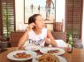 Minh Tú tiếp tục học làm dâu, tự tay đi chợ nấu hải sản tại Bali