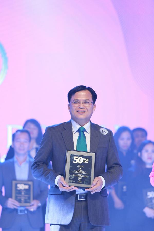 Đại diện VPBank nhận giải top 50 công ty kinh doanh hiệu quả