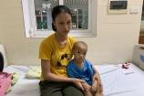 Hai con lần lượt đổ bệnh, cha mẹ bất lực ôm nhau khóc