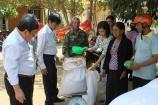 Hỗ trợ gạo cho đồng bào chăm sóc, bảo vệ rừng tại Bắc Kạn