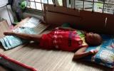 Bán vé số nuôi 3 con nhỏ, mẹ đơn thân kiệt sức khi 1 đứa mắc ung thư