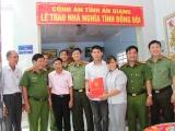 Công an tỉnh An Giang trao tặng Nhà nghĩa tình đồng đội