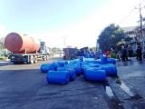 Bình Thuận: Xe chở 34 tấn axit bị lật, khói bay mù mịt