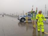 Công an Hà Tĩnh 'ngâm mình' dưới mưa giúp dân chống lũ