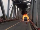 Đang lưu thông, xe sang Range Rover bất ngờ bốc cháy rụi