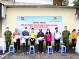 Dược phẩm Tâm Bình và CA phường Ngọc Khánh hỗ trợ gia đình khó khăn bởi Covid-19
