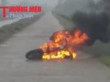 Hà Tĩnh, Cẩm Xuyên: Xe đạp điện bốc cháy dữ dội trên bờ đê