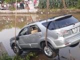 Nam Định: Xe Toyota Fortuner lao xuống sông, 2 người tử vong