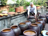 """Những người """"giữ lửa"""" cho làng nghề truyền thống tương Bợ"""