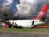 Máy bay chở hàng trăm người lao khỏi đường băng, bốc cháy ngùn ngụt