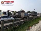 Xe tải đâm bay dải phân cách, quốc lộ 1A ùn tắc kéo dài