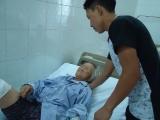Xót xa cảnh người mẹ già bỏng nặng khi nhà bị lũ quét