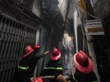 Giải cứu 4 người mắc kẹt trong vụ cháy nhà 4 tầng ở Hà Nội