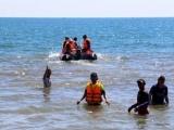 Quảng Ngãi: Tìm kiếm 2 nạn nhân bị mất tích do sóng biển cuốn trôi