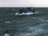 Quảng Ngãi: 13 ngư dân gặp nạn được đưa vào bờ an toàn