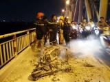 Hà Nội: Xe máy bốc cháy ngùn ngụt trên cầu Chương Dương đúng giờ tan tầm