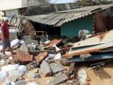 Phú Yên:  Người dân bất lực nhìn triều cường đánh sập nhà cửa
