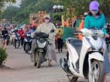 Hàng nghìn người Hà Nội dắt xe, 'qua mặt' cảnh sát giao thông