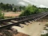 Bão số 9 gây sạt lở, cuốn trôi đường ray, đường sắt Bắc - Nam tê liệt
