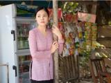 Dương Cẩm Lynh vào vai gái quê bán nước mía, trái cây ngoài chợ