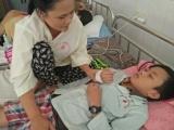 Hai vợ chồng đớn đau trước cảnh một con mắc bệnh thiếu máu, một con máu khó đông