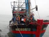 Nghệ An: Lai dắt tàu cá cùng 7 ngư dân gặp nạn vào bờ an toàn