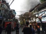 Hà Nội: Đốt vàng mã, căn nhà trên phố cổ bốc cháy dữ dội
