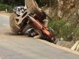 Thanh Hóa: Máy xúc rơi từ thùng xe tải khi vào cua, người đi xe máy tử vong