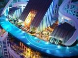 Bể bơi đáy kính được lắp đặt lên tòa tháp 40 tầng bên vịnh Nha Trang