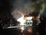 Xe giường nằm chở 30 người bốc cháy dữ dội