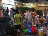 Hàng nghìn người dân KĐT Tân Tây Đô khốn khổ vì xếp hàng chờ lấy nước