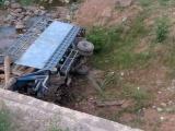 Hà Tĩnh: Lật xe tải chở củi, 2 người tử vong