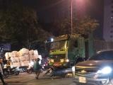 Hà Nội: Dừng chờ đèn đỏ, hai nữ công nhân bị tông thương vong