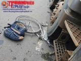 Kon Tum: Va chạm với xe tải, một cháu bé nguy kịch