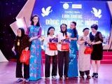 Hoa hậu doanh nhân Vũ Thúy Nga tặng 6 sổ tiết kiệm cho mẹ Việt Nam anh hùng