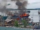 Thanh Hóa: Tàu cá tiền tỷ bốc cháy dữ dội giữa trưa