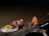 Thanh Hoá: Xe taxi lao xuống sông trong đêm tài xế mất tích, 1 người chết