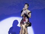 Thu Phương cắt phăng váy Hoàng Hải trên sân khấu