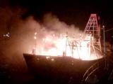Tàu cá bốc cháy dữ dội giữa biển, 8 ngư dân dùng đèn pin xin ứng cứu