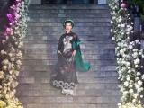 Làm vedette show thời trang, Minh Tú trình diễn xuất thần trên sàn catwalk